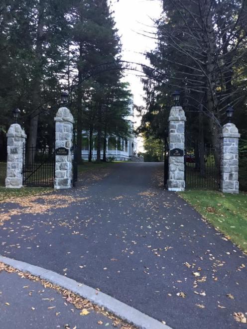 Portail de pierres - Manoir Maplewood